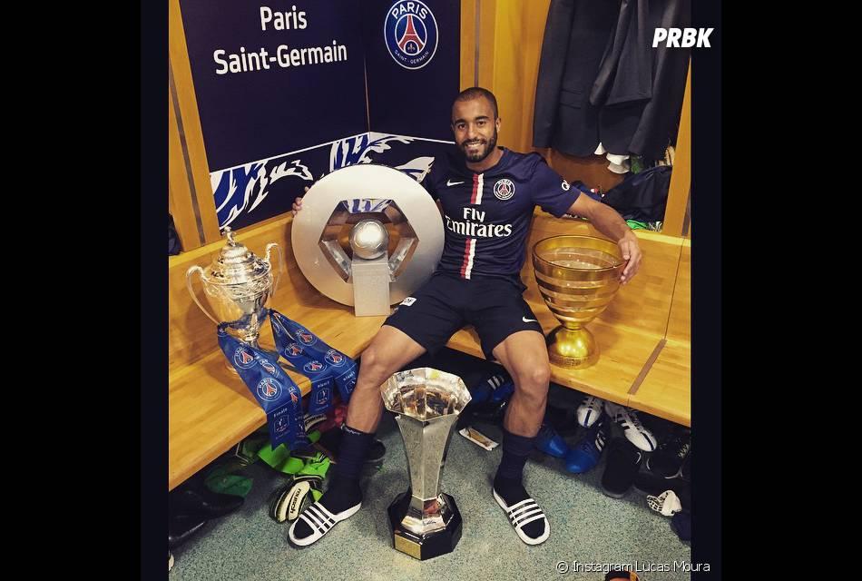Lucas Moura célèbre la victoire du PSG en Coupe de France et son quadruplé dans les vestiaires du Stade de France, le 30 mai 2015