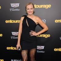 Emily Ratajkowski canon en robe noire à l'avant-première du film Entourage