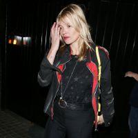Kate Moss débarquée d'un avion et escortée par la police à Londres ?