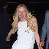 Jennifer Lawrence : mini robe et imitation de morse pour une sortie de resto déjantée