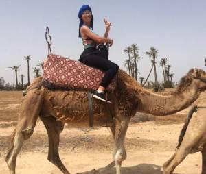 Siham Bengoua balade sur un dromadaire, à Marrakech, le 28 juin 2015