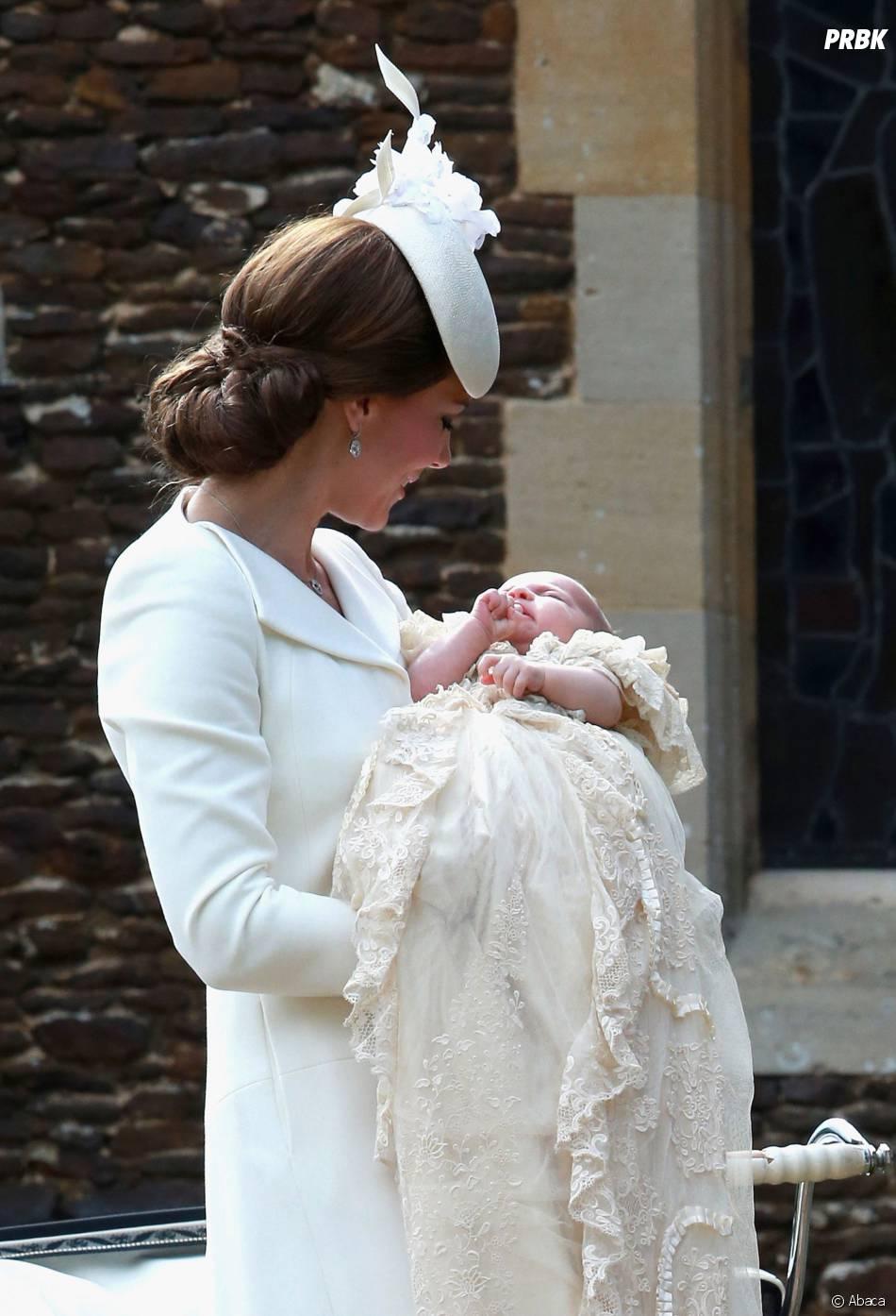 Kate Middleton s'occupe de la Princesse Charlotte le jour de son baptême, le 5 juillet 2015 en Angleterre
