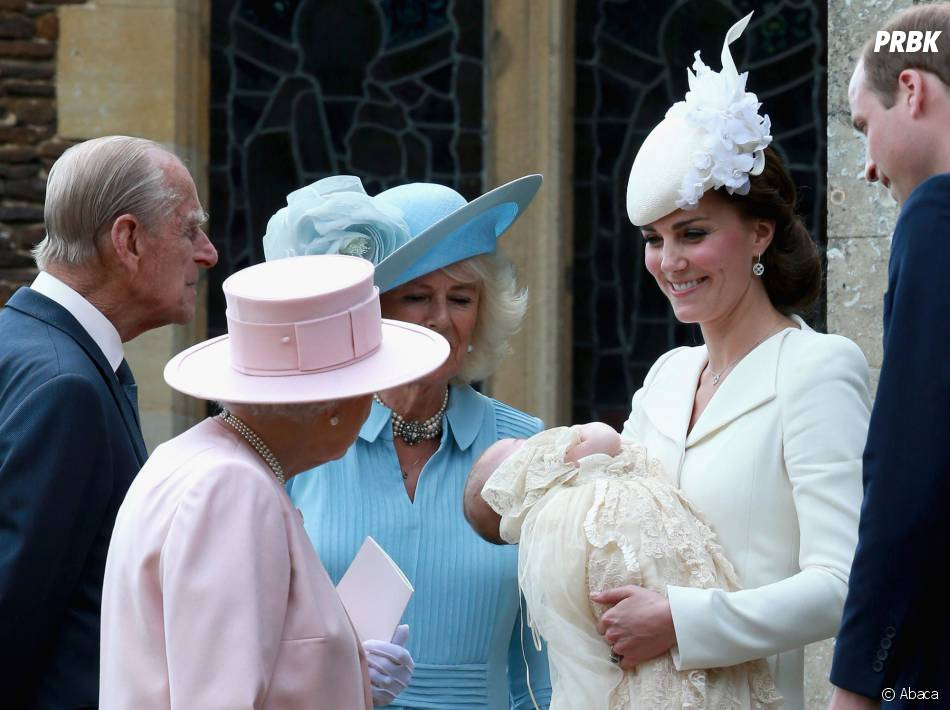 Elizabeth II et Kate Middleton discutent au baptême de la Princesse Charlotte, le 5 juillet 2015 en Angleterre