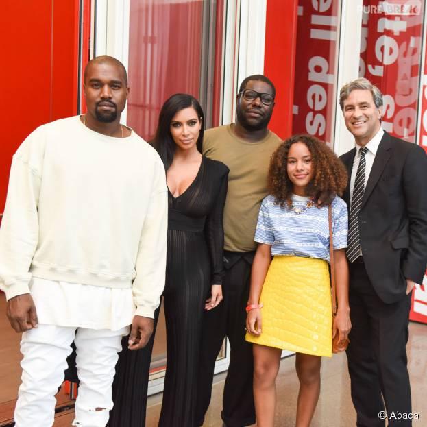 Kim Kardashian enceinte et Kanye West lors d'une conférence organisée avec Steve McQueen au musée d'Art Moderne de Los Angeles, le 24 juillet 2015