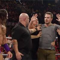 Stephen Amell (Arrow) tabasse un catcheur sur le ring avant un combat très attendu