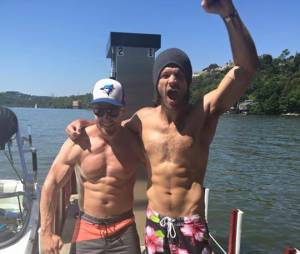 Stephen Amell : le sexy héros d'Arrow torse nu avec Jared Padalecki (Supernatural)