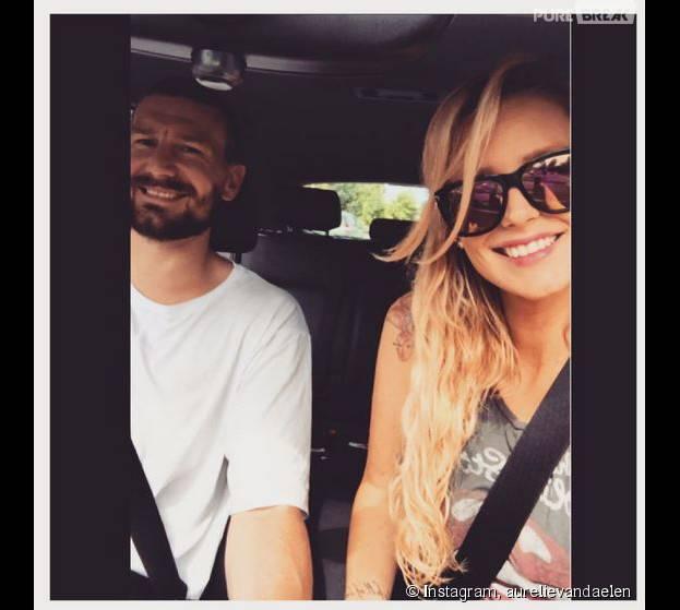 Aurélie Van Daelen enceinte et souriante au côté de son petit-ami, sur Instagram, le 16 août 2015