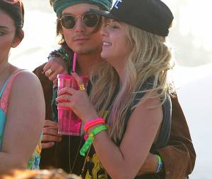 Ashley Benson et Tyler Blackburn lors du Festival Coachella 2013