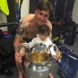 Lionel Messi et son fils Thiago prennent la pose après le sacre du FC Barcelone, le 7 juin 2015