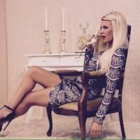 Amélie Neten sexy pour le shooting de sa collection de vêtements