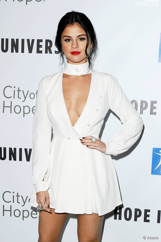 Selena Gomez sexy en robe blanche décolletée pour le gala Spirit of Life à Los Angeles, le 5 novembre 2015