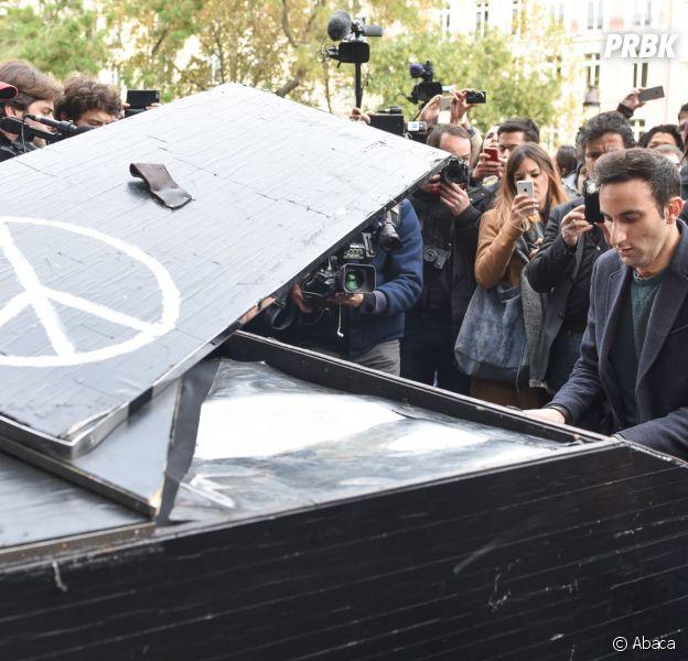 Davide Martello joue Imagine, de John Lennon, devant le Bataclan, au lendemain des attentats de Paris