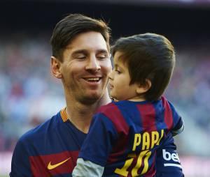 Lionel Messi et son fils Thiago au match opposant le FC Barcelone à Real Sociedad le 28 novembre 2015 à Barcelone
