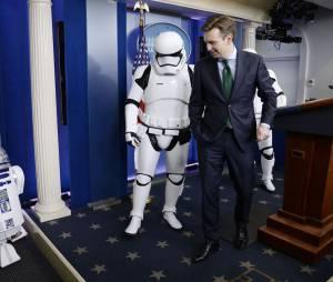 R2-D2 et des Stormtroopers du film Star Wars : Le Réveil de la Force se sont invités à la conférence de presse de fin d'année de la Maison Blanche, le 18 décembre 2015
