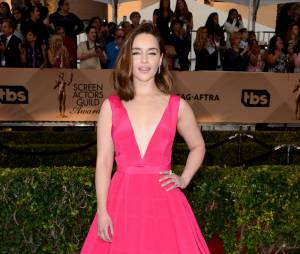 Emilia Clarke (Game of Thrones) décolletée lors des SAG Awards 2016, le 30 janvier, à Los Angeles