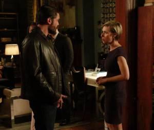 How To Get Away With Murder saison 2, épisode 12 : Frnak (Charlie Weber) et Bonnie (Liza Weil) sur une photo