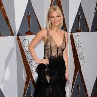 Jennifer Lawrence blonde et décolletée, LadyGaga in love... Best of du tapis rouge des Oscars 2016