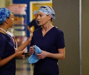 Grey's Anatomy saison 12, épisode 20 : Meredith (Ellen Pompeo) et Maggie (Kelly McCreary) sur une photo
